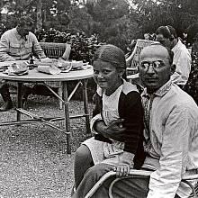 Berija se Stalinovou dcerou Světlanou na klíně, v pozadí je vidět i Stalin