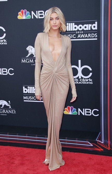 Modelka Hailey Baldwin zavítala do Las Vegas na Billboard Music Awards v tomto odvážném modelu.