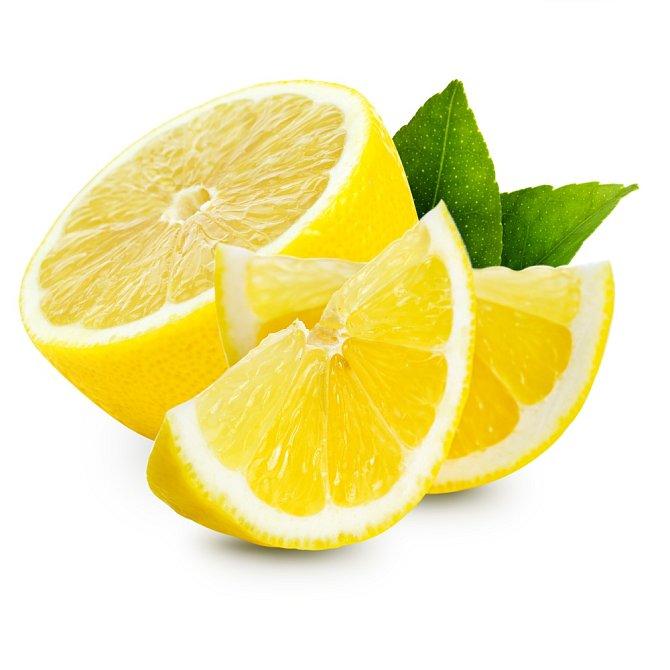"""Překvapte děti nebo návštěvu mini zmrzlinovými pohárky. Coby nádobí poslouží citrónová kůra. Tu si připravte tak, že rozpůlíte citrón, opatrně nožem oddělíte dužninu od kůry a tu lžící vydlabete. Teď už stačí jen """"pohárky"""" naplnit zmrzlinou nebo sorbetem."""