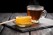 Med a čaj patří při nachlazení k sobě