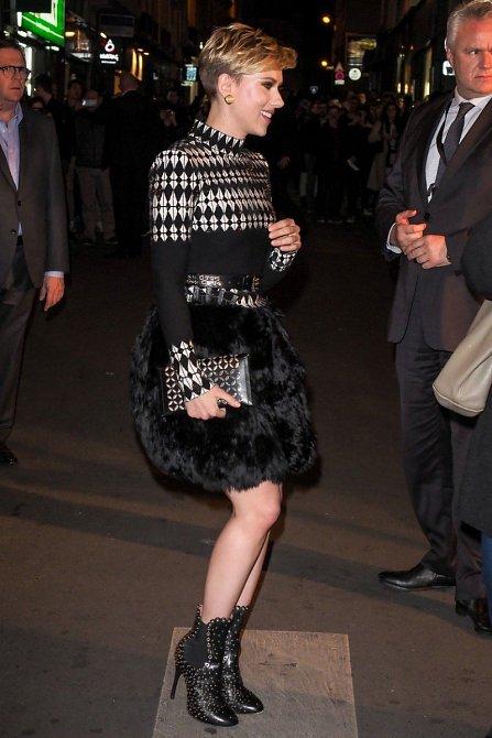 Podivná chlupatá sukně je dost šílená, ale vršek, kabelka i boty super.