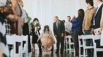 Když se Jaquie objevila před svatebčany, z jedné strany jí doprovázela maminka, z druhé dědeček. Nikoho nepřekvapilo, že nevěsta sedí na vozíku.