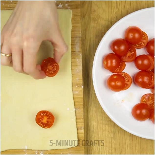 Připravte si dvě těsta na pizzu (může být i listové). Na jedno položte rozkrojenou stranou nahoru půlky cherry rajčátek.
