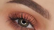 Zelená barva očí a oranžová barva stínů - tyto dvě barvy se v podstatě na spektru nacházejí vedle sebe. Nikterak si neškodí, ale ani se vzájemně nepodporují.
