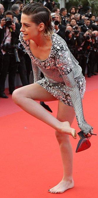 Kristen Stewart je holka do nepohody. Tlačí? Nevadí. Nepohodlí jí není vlastní ani na červeném koberci.