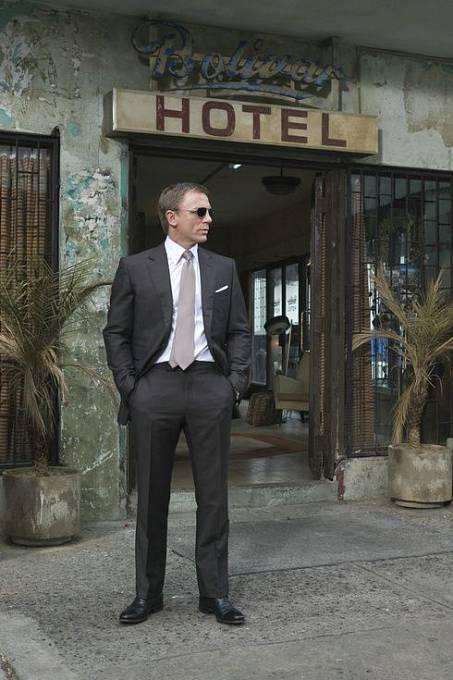 Sluneční brýle k Bondovi neodmyslitelně patří.