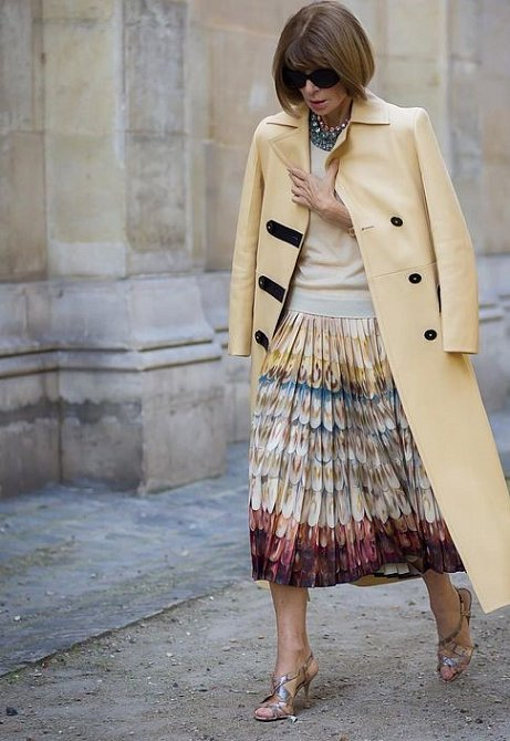 I nelítostná Anna Wintour našla mezi pouzdrovými šaty místo pro plisovanou sukni.