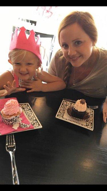 Mladší dcera při oslavě narozenin.