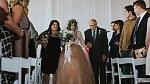 Ovšem po chvíli byli všichni doslova přikování k podlaze! Krásná nevěsta vstala a vydala se za svým budoucím mužem. Po osmi letech na vozíku...