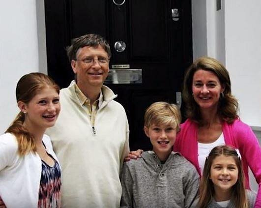 Jennifer, Phobe a Rory jsou dětmi Billa Gatese. Už teď vědí, že v 18 zdědí balík, který se dál rozmnoží po smrti jejich otce.