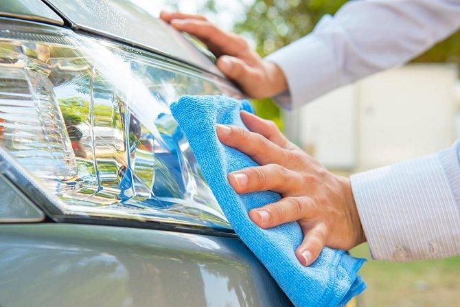 Ilustrační foto - Vyčistí špinavá a zašlá světla na autě