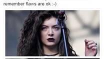 """Lorde - Tuto zpěvačku rozesmál pohled na své fotografie. Ty byly pořízené na jejím koncertě v roce 2014. Ovšem jedna byla před uveřejněním upravena, druhá byla bez úprav. Lorde ke snímkům uvedla: """"Mít nedostatky, je normální."""""""