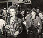 Sid Vicious byl členem nejslavnější punkové kapely všech dob – Sex Pistols. Slávy si ale moc dlouho neužil, zemřel v jednadvaceti letech. V říjnu 1978 byl zatčen za vraždu své tehdejší přítelkyně, Nancy Spungen. Dívka byla ubodán...