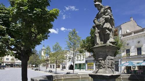 <p>Na starobylém náměstí v Lipníku nad Bečvou upoutá pozornost kašna se sochou svatého Jana Nepomuck