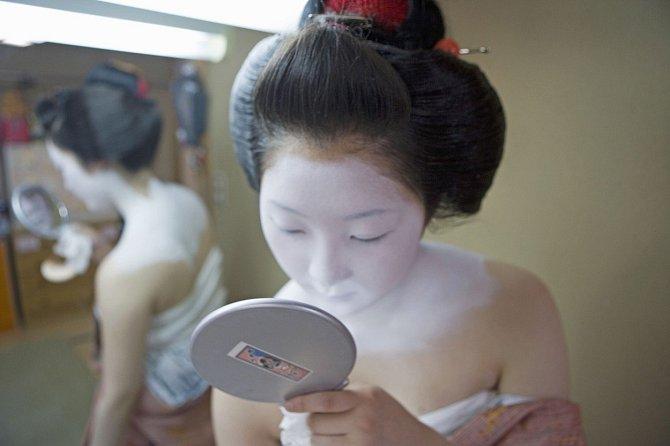 Barvou si gejša nalíčila téměř celé tělo.