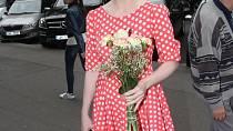 Puntíky, šaty, květina, úsměv - víc žensky působící kombinace zřejmě neexistuje.