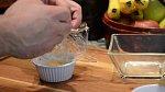Vajíčka můžete dle chuti okořenit. Pytlík potě velmi pevně zavažte.