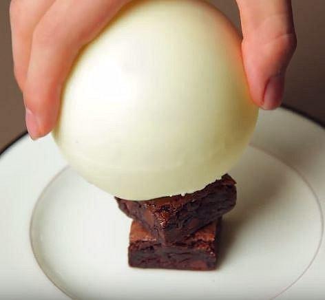 Čokoládovou kouli opatrně posadíme na vnitřek.