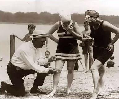 """Toto je skutečně zcela seriózní měření délky plavek mladých Američanek. Ženy se na začátku 20. století nesměly moc odhalovat. Podobně to ale platilo i pro muže, ti až do roku 1937 nesměli chodit k vodě """"nahoře bez""""."""