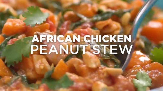 Africké kuře s arašídy - Co budete potřebovat: 1 lžíce oleje z hroznových jader, 1 cibule, 4 stroužky česneku, 1 jalapeno paprička, sůl a pepř, 3 stehenní řízky, 1/2 hrnku arašídů, 2 sladké brambory, 1 konzerva sekaných sterilovan?...