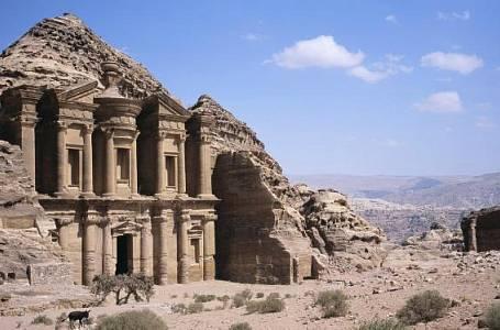 <p>Do pískovce vytesaná Pokladnice při vstupu do Petry je nejfotografovanější místo v Jordánsku, ale