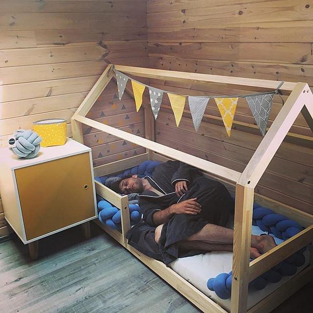Péče o děti unaví. Naštěstí je dětská  postel dost prostorná.