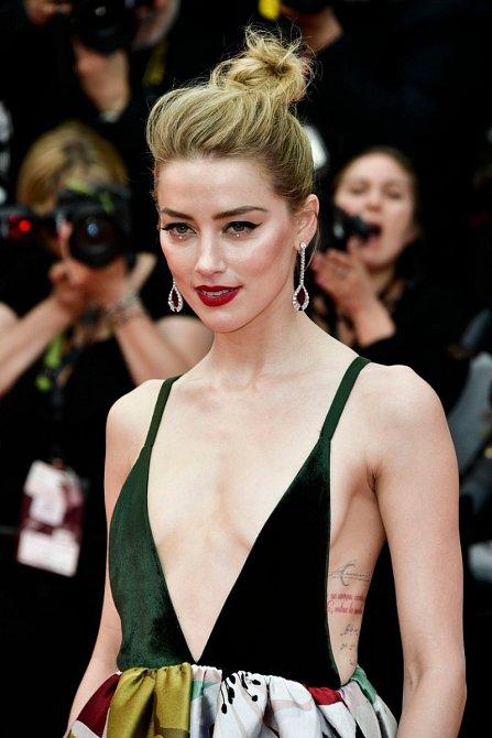 Amber Heard zvolila na premiéru filmu Sorry Angel nepřehlédnutelnou róbu s odvážně řešeným vrškem.