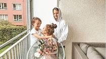 Sara se svými syny, kteří jí jsou velkou oporou, ale i oni trpí ztrátou tatínka.