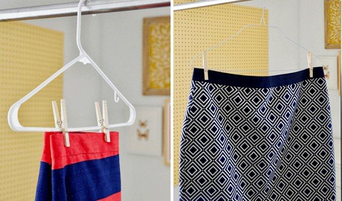 Sukně a kalhoty je lepší věšet na ramínka tak, aby nebyly přeložené. Uděláte to snadno s pomocí kolíčků.