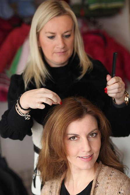 Poslední úprava vlasů před akcí