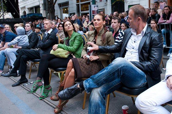 Modelka Andrea Verešová za doprovodu manžela vybírá, čím obohatí svůj šatník