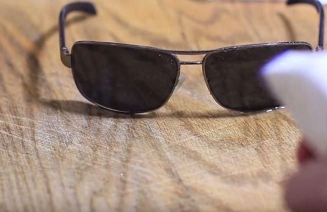 Octem krásně vyleštíte i zašlá brýlová skla. Stačí je lehce postříkat a pak vyleštit.
