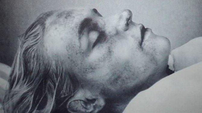 Posmrtná fotografie Marilyn Monroe, která zemřela po předávkování léky v roce 1962.