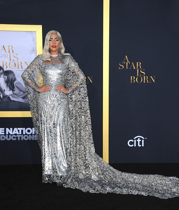 Na premiéru filmu Zrodila se hvězda zvolila krásné stříbrné šaty.