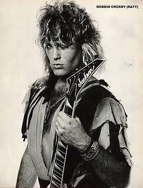 Robbin Crosby (1959-2002) - Kytarista z glam metalové kapely Ratt Robbin Crosby zemřel v roce 2002 na předávkování drogami, nicméně už v roce 1994 mu byl diagnostikován virus HIV, kvůli němuž se osm let pohyboval po nemocnicích.