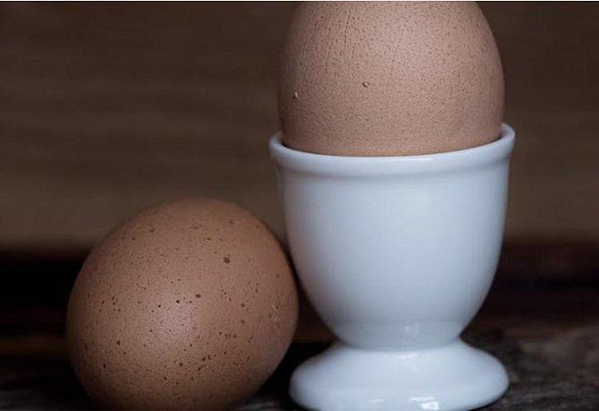 Použijte vejce místo šampónu a vaše vlasy budou čisté, zářivé a zdravé. Stačí vyklepnout vejce do misky, našlehat ho a použít místo šamponu. Nechte ho 3 minuty působit. Poté ho z nich vymyjte tak studenou vodou, jak snesete.