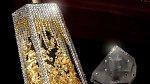 Parfém - 880 euro: Parfém vyrobila španělská firma a je určen pro muže i ženy. Uvnitř ručně foukaného flakónu najdeme kousky zlata a platiny. Flakon je posázen také spoustou swarovski kamínků.