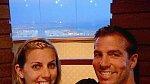 Steve a Lori na večeři ku příležitosti oslavy dvanáctého výročí sňatku.