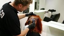 Kadeřník Jirka aplikuje barvu na vlasy