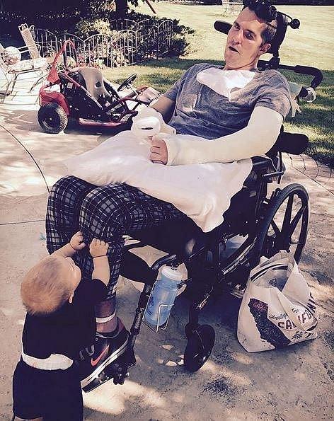 Nejmladší synek zná tatínka jen sedícího na vozíku.
