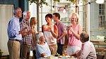 Rozhodně neztrácejte kontakt se starými přáteli a neodmítejte pozvání na večírky. Vztahy se mění, každou chvíli se někdo rozvede nebo přivede dosud neznámého, nezadaného kamaráda.