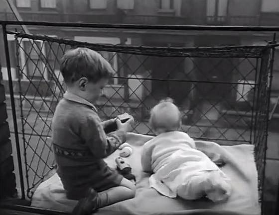 Tohle opravdu není týrané dítě! V minulosti tak děti trávily čas na čerstvém vzduchu...