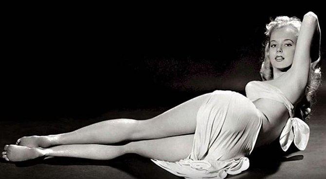 Betty Brosmer - 162 cm, prsa: 96 cm, pas: 45 cm, boky: 91 cm. Betty vynikala postavou, která dokonale kopírovala přesýpací hodiny, měla extrémně štíhlý pas a k němu vyvinuté poprsí a kulatý zadek.