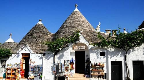 <p>Středověké trulli v městečku Alberobello jsou dnes využívány k bydlení nebo jako obchůdky </p>