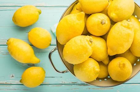 Škrabátkem na brambory oškrábejte z jednoho citrónu kůru. Tu uložte do papírové utěrky a svažte. Pytlík vám bude sloužit jako skvělý odpuzovač hmyzu, položte jej někam do blízkosti oken.