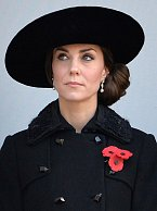 13. listopadu jí klobouk zakrýval obličej. Tak tohle se moc nepovedlo.