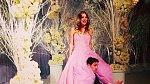 Herečka Kaley Cuoco si vzala tenistu Ryana Sweetinga v New Yorku v růžových šatech. Opět záplava růžové...