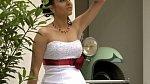 Saténové svatební šaty zdobené ruční výšivkou a vybavené šněrováním; variabilní zdobení korzetu dle přání nevěsty (stuha/květina)