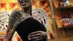Tetování celého těla se nebojí ani ženy.