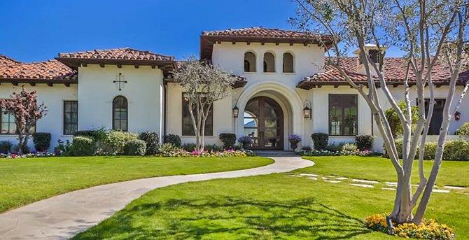 Dům stál okolo 15 milionů dolarů a žije v ním Britney s přítelem a dětmi.